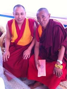Geshe mit einen kranken Monk